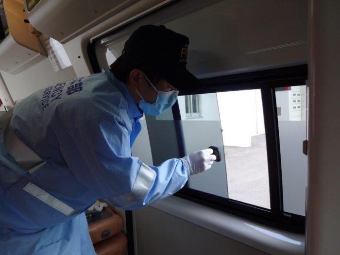 窓の開放や換気設備を活用して可能な限り換気を行いながら搬送します