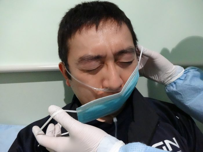 酸素吸入で鼻カニューラを使用している場合でも、その上からマスクを着用する