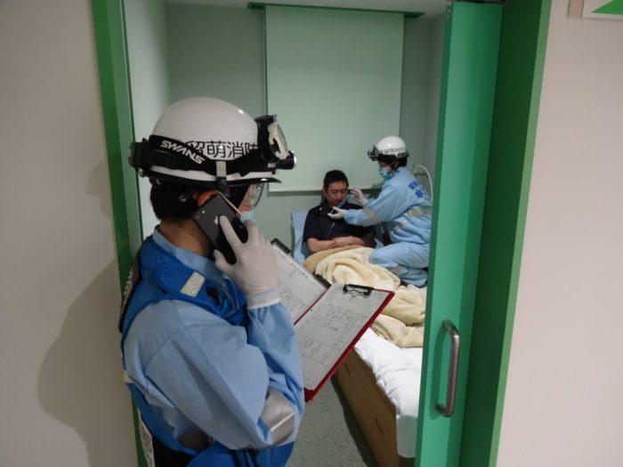 観察や処置で接近・接触を伴う隊員と、記録や病院連絡をする隊員は極力分けておく